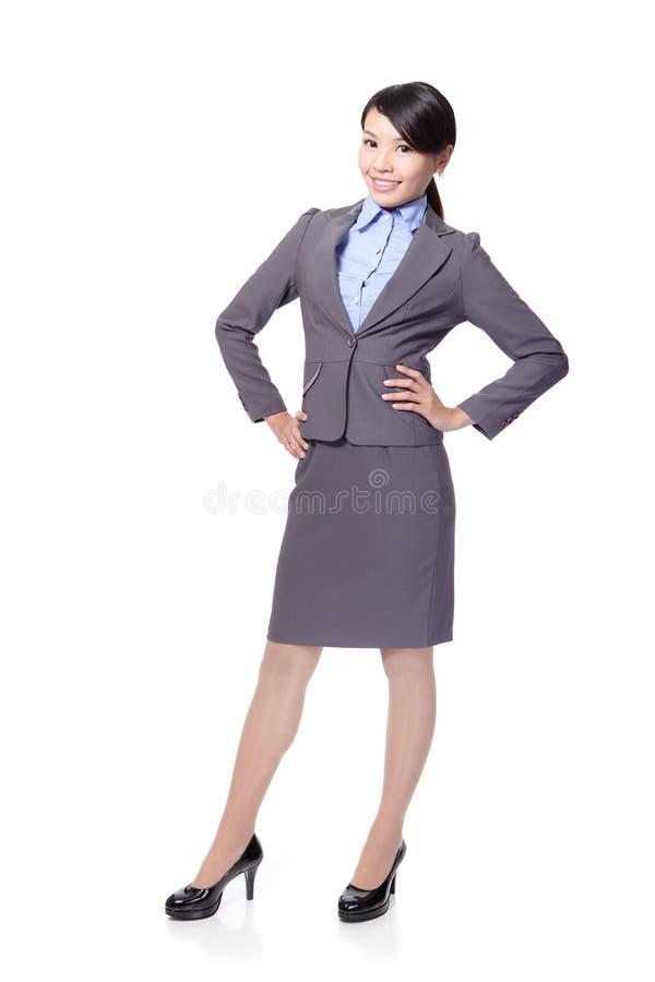Πλήρες μήκος επιχειρησιακών γυναικών χαμόγελου στοκ εικόνα με δικαίωμα ελεύθερης χρήσης