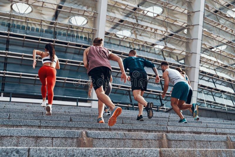 Πλήρες μήκος οπισθοσκόπο των νέων στην αθλητική ενδυμασία στοκ φωτογραφίες με δικαίωμα ελεύθερης χρήσης