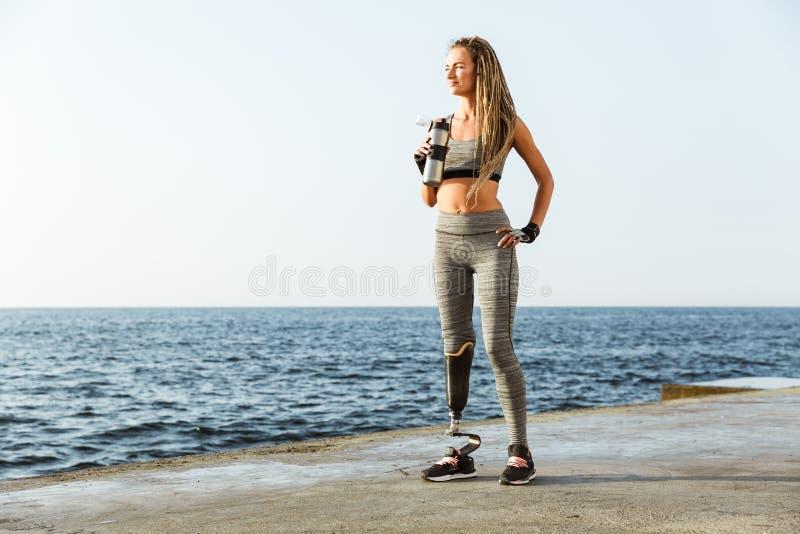 Πλήρες μήκος της βέβαιας με ειδικές ανάγκες γυναίκας αθλητών στοκ φωτογραφίες