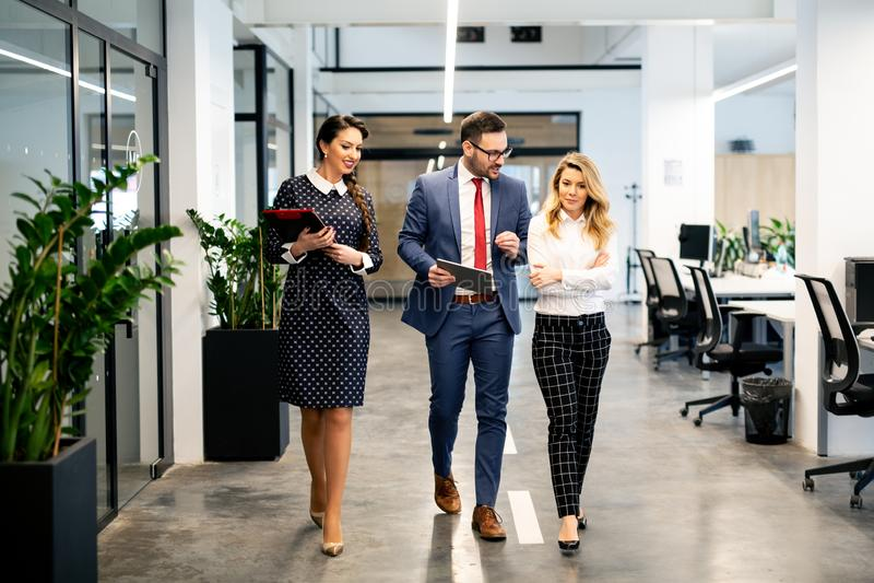 Πλήρες μήκος της ομάδας ευτυχών νέων επιχειρηματιών που περπατούν το διάδρομο στην αρχή από κοινού στοκ εικόνες με δικαίωμα ελεύθερης χρήσης