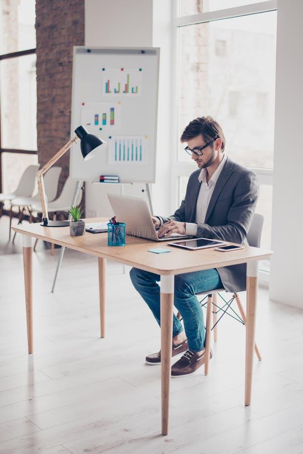 Πλήρες μήκος του συγκεντρωμένου νέου επιχειρηματία, το οποίο κοιτάζει βιαστικά στοκ εικόνες με δικαίωμα ελεύθερης χρήσης