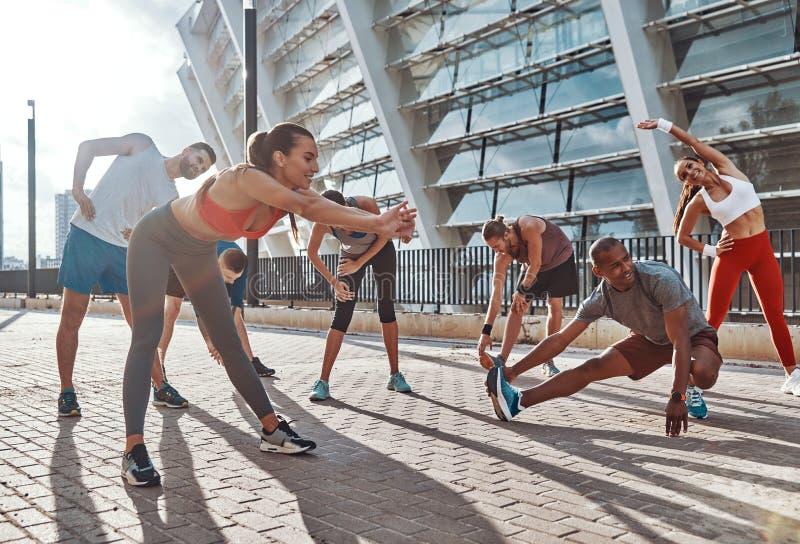 Πλήρες μήκος των ανθρώπων στην αθλητική ενδυμασία στοκ εικόνα με δικαίωμα ελεύθερης χρήσης