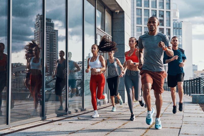 Πλήρες μήκος των ανθρώπων στην αθλητική ενδυμασία στοκ εικόνα