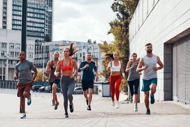 Πλήρες μήκος των ανθρώπων στην αθλητική ενδυμασία στοκ εικόνες