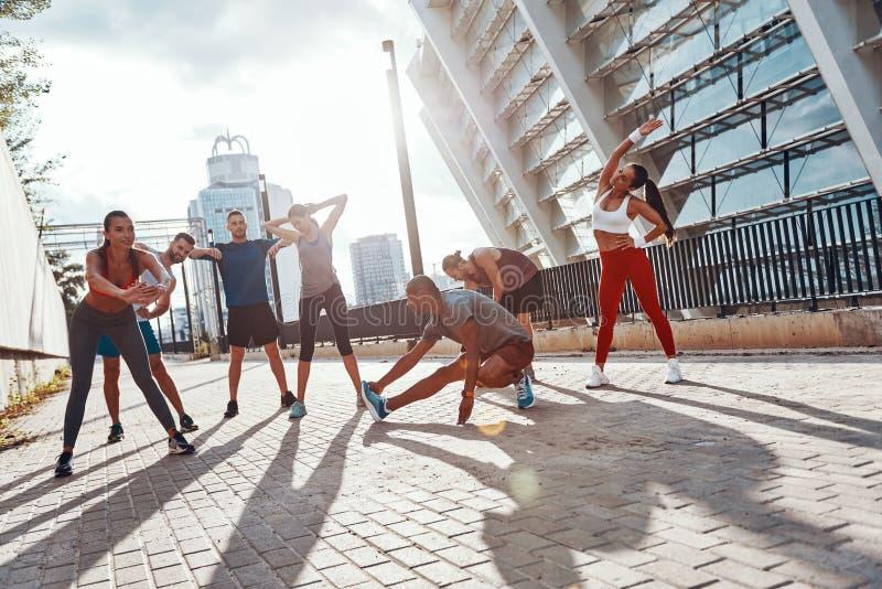 Πλήρες μήκος των ανθρώπων στην αθλητική ενδυμασία στοκ φωτογραφία