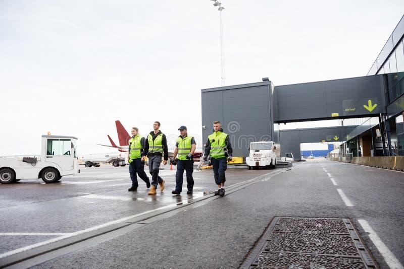 Πλήρες μήκος των εργαζομένων που περπατούν μαζί στο διάδρομο στοκ φωτογραφία με δικαίωμα ελεύθερης χρήσης
