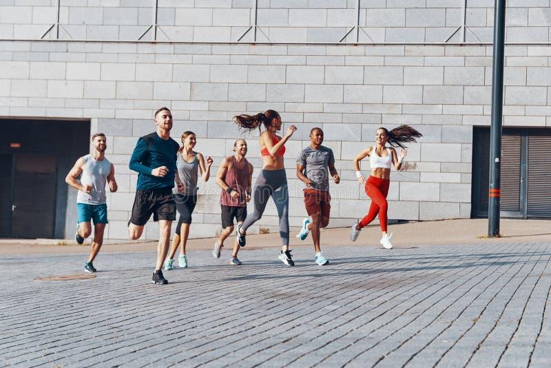 Πλήρες μήκος των νέων στην αθλητική ενδυμασία στοκ φωτογραφίες με δικαίωμα ελεύθερης χρήσης