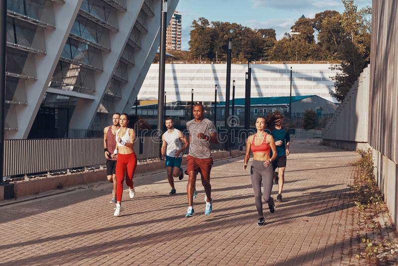 Πλήρες μήκος των νέων στην αθλητική ενδυμασία στοκ εικόνες