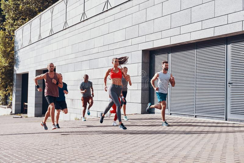 Πλήρες μήκος των νέων στην αθλητική ενδυμασία στοκ εικόνα με δικαίωμα ελεύθερης χρήσης