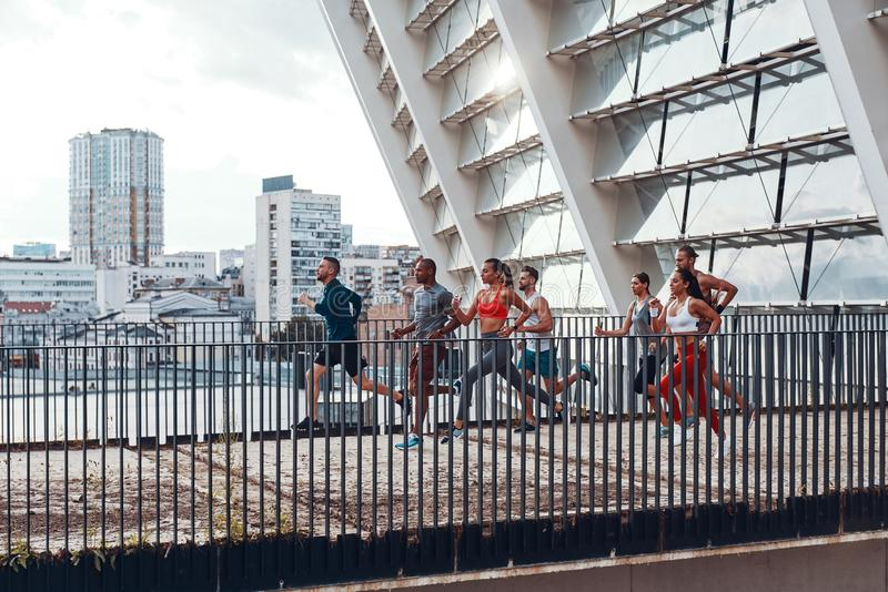 Πλήρες μήκος των νέων στην αθλητική ενδυμασία στοκ φωτογραφία