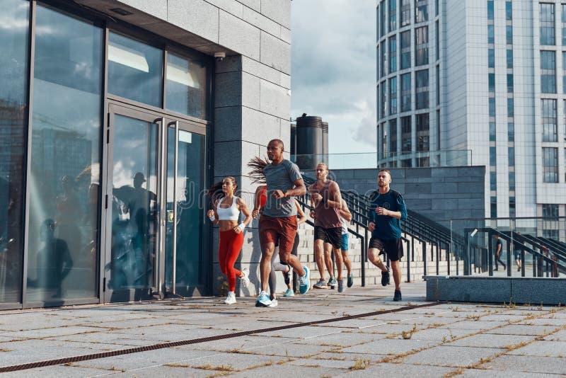 Πλήρες μήκος των νέων στην αθλητική ενδυμασία στοκ φωτογραφίες