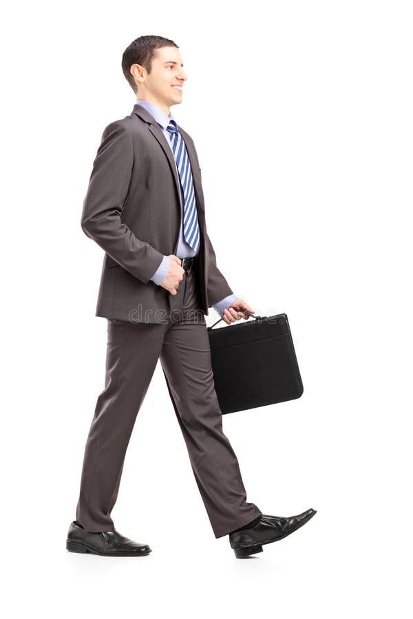 Πλήρες πορτρέτο μήκους ενός νέου επιχειρηματία με το walki χαρτοφυλάκων στοκ εικόνα με δικαίωμα ελεύθερης χρήσης
