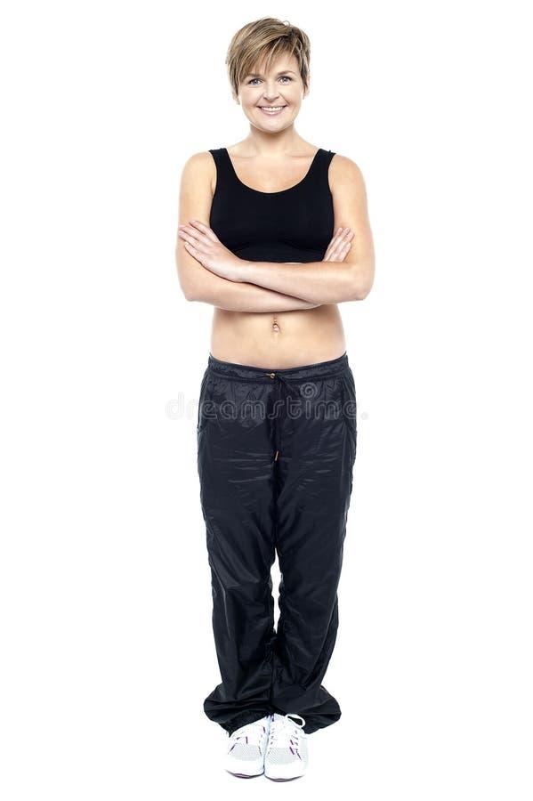 Πλήρες πορτρέτο μήκους της κατάλληλης κυρίας στην ένδυση γυμναστικής στοκ φωτογραφία με δικαίωμα ελεύθερης χρήσης