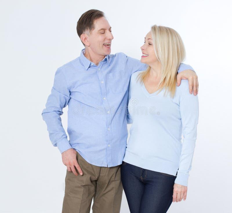 Πλήρες πορτρέτο μήκους του ευτυχούς ώριμου ζεύγους που στέκεται με τα χέρια στοκ φωτογραφίες