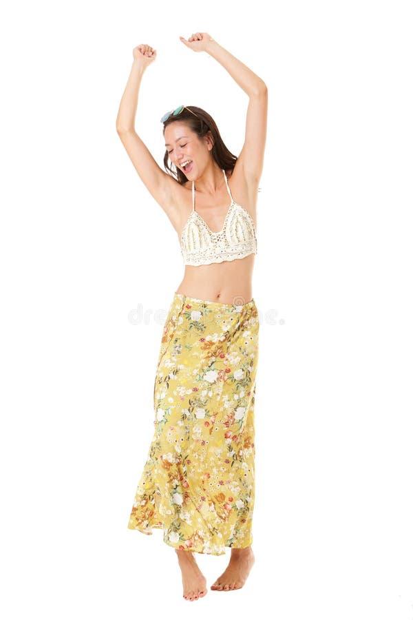 Πλήρες πορτρέτο σωμάτων του ξένοιαστου νέου ασιατικού χορού γυναικών στο θερινό φόρεμα στοκ φωτογραφία με δικαίωμα ελεύθερης χρήσης