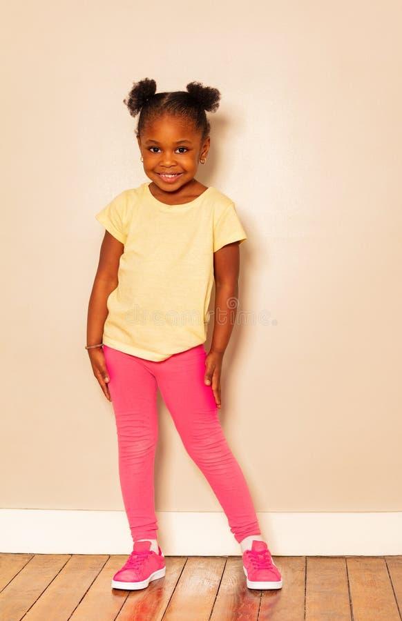 Πλήρες πορτρέτο ύψους συμπαθητικού λίγο μαύρο κορίτσι στοκ εικόνες