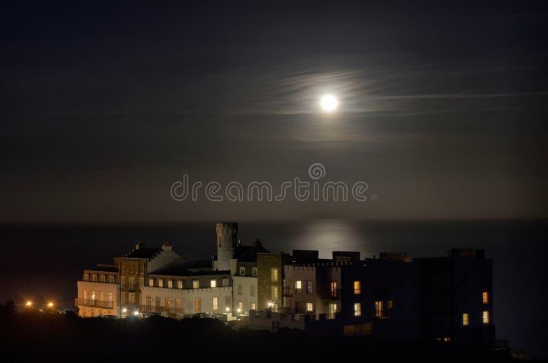 πλήρες φεγγάρι πολυτέλειας κτηρίου διαμερισμάτων στοκ εικόνα