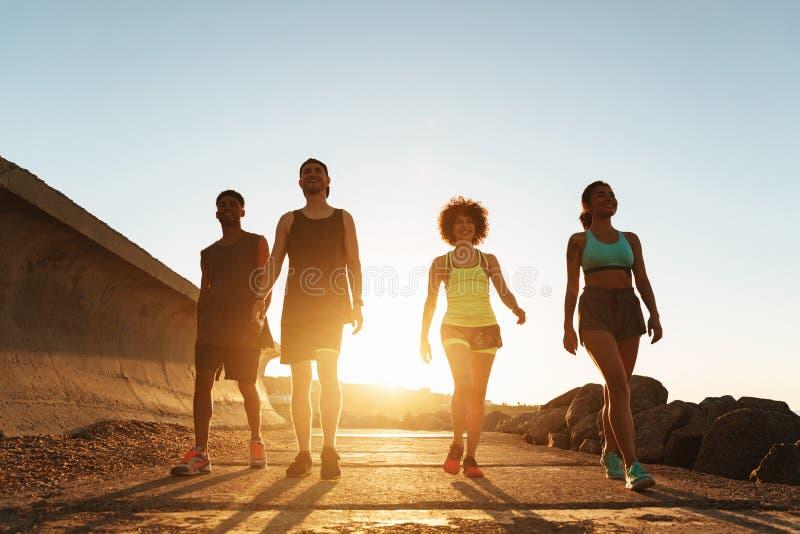 Πλήρης εικόνα μήκους των ανθρώπων ικανότητας που περπατούν υπαίθρια στοκ φωτογραφία