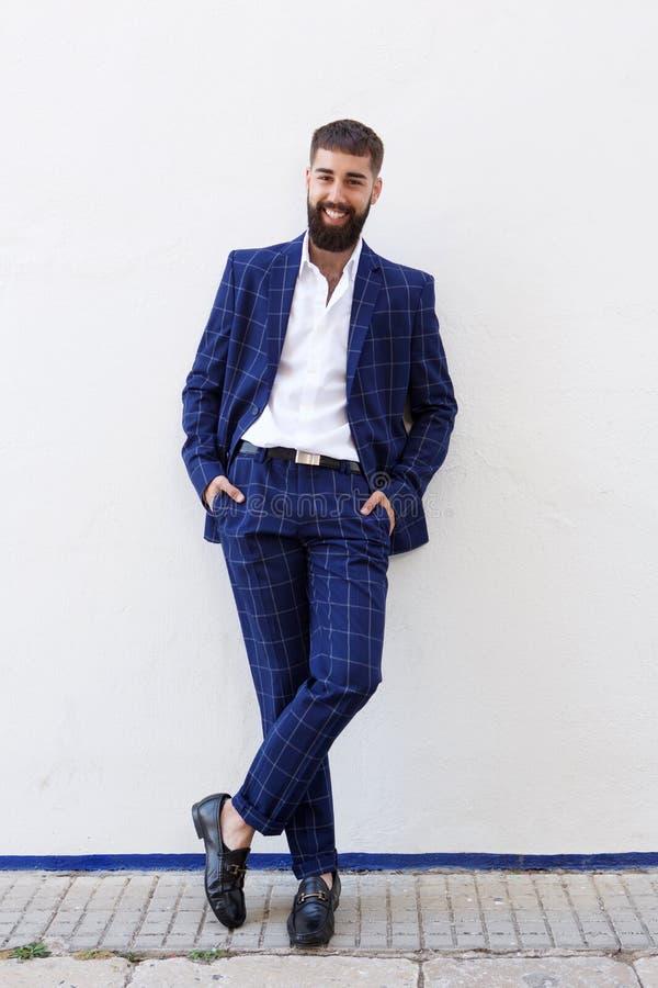 Πλήρης ευτυχής επιτυχής επιχειρηματίας μήκους στο μπλε κοστούμι στοκ φωτογραφία με δικαίωμα ελεύθερης χρήσης