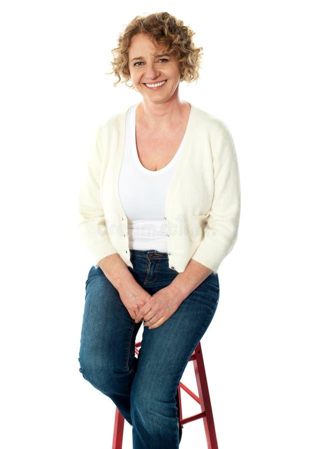 πλήρης καθισμένη μήκος ανώτερη γυναίκα όψης στοκ φωτογραφία με δικαίωμα ελεύθερης χρήσης