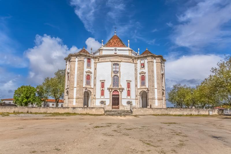 Πλήρης πανοραμική άποψη του κλασικού μπαρόκ κτηρίου, άδυτο Λόρδου Ιησούς DA Pedra, καθολικό θρησκευτικό κτήριο σε Obidos, στοκ εικόνες