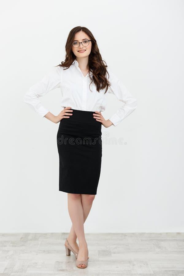 Πλήρης στάση επιχειρησιακών γυναικών μήκους που χαμογελά στο άσπρο υπόβαθρο στοκ εικόνα με δικαίωμα ελεύθερης χρήσης