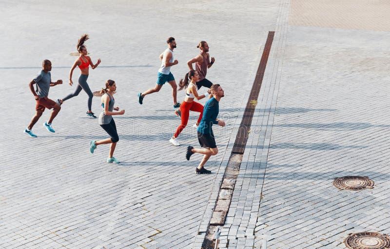Πλήρης τοπ άποψη μήκους των νέων στην αθλητική ενδυμασία στοκ εικόνες με δικαίωμα ελεύθερης χρήσης