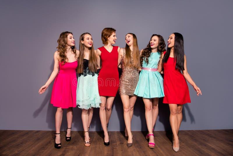 Πλήρης φωτογραφία μεγέθους σωμάτων μήκους όμορφη έξι κυρίες της περπατά νύχτας σχολική βαθμολόγηση κολλεγίων λεσχών την εορταστικ στοκ φωτογραφία με δικαίωμα ελεύθερης χρήσης