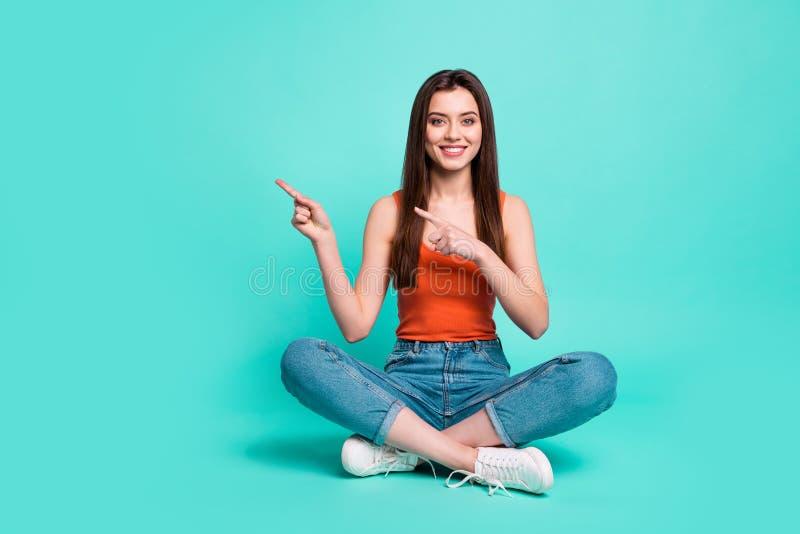 Πλήρης φωτογραφία μεγέθους σωμάτων μήκους όμορφη αυτή κυρία κάθεται διασχισμένα τα πάτωμα άμεσα δάχτυλα ποδιών που το κενό διάστη στοκ εικόνες