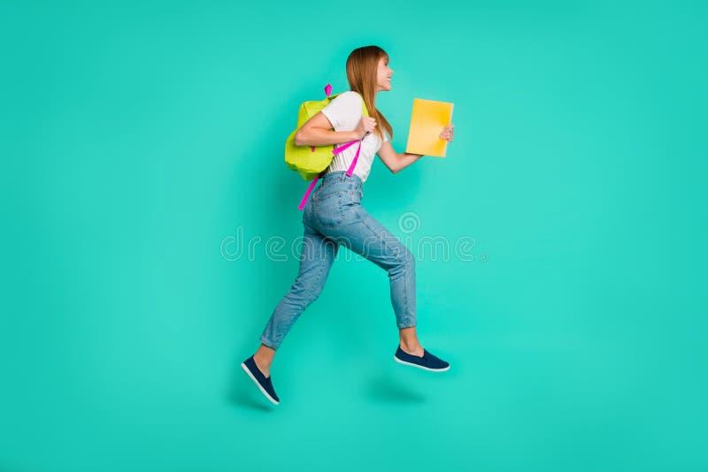 Πλήρης φωτογραφία μεγέθους σωμάτων σχεδιαγράμματος μήκους δευτερεύουσα όμορφη τα υψηλά χέρια όπλων γυναικείου άλματός της κρατά π στοκ φωτογραφίες με δικαίωμα ελεύθερης χρήσης