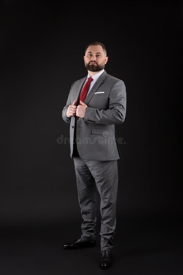 Πλήρης όμορφος επιχειρηματίας πορτρέτου ύψους στο μαύρο υπόβαθρο στοκ εικόνες με δικαίωμα ελεύθερης χρήσης