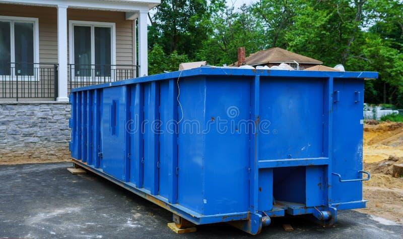 Πλήρη συντρίμμια αποβλήτων κατασκευής ένα εμπορευματοκιβώτιο οικοδόμησης, τούβλα απορριμάτων και υλικό από το κατεδαφισμένο σπίτι στοκ φωτογραφίες