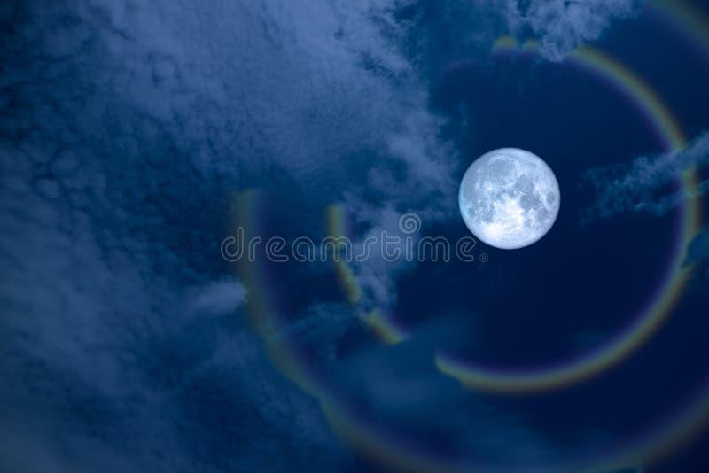 πλήρη φεγγάρι και ουράνιο τόξο φωτοστεφάνου λουλουδιών στο νυχτερινό ουρανό στοκ εικόνα
