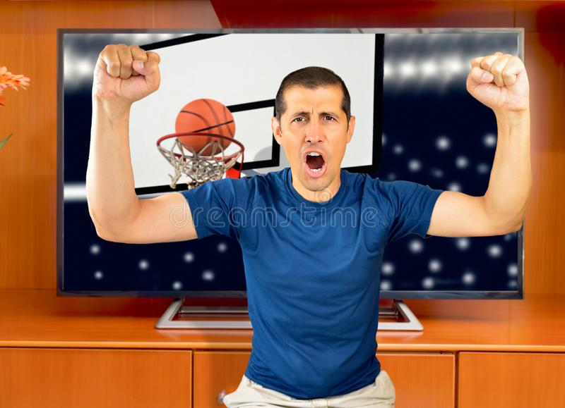 Πλήρους ευφορίας αθλητική TV προσοχής ατόμων στοκ εικόνες με δικαίωμα ελεύθερης χρήσης