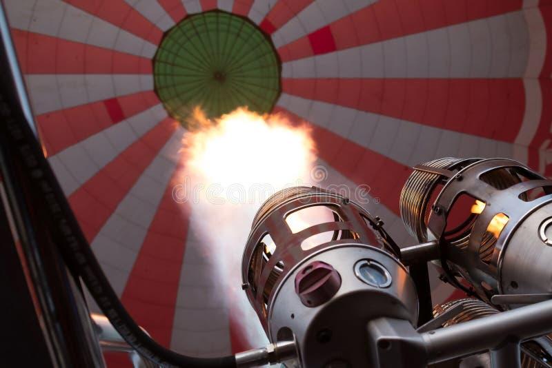 Πλήρωση του ζεστού αέρα σε ένα μπαλόνι στοκ εικόνα