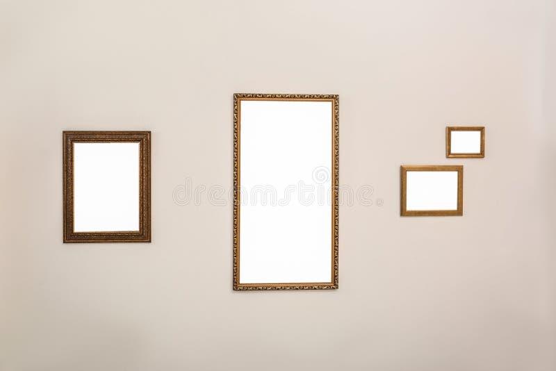 Πλαίσια με τα κενά canvases στον τοίχο στη στοά σύγχρονης τέχνης στοκ φωτογραφία με δικαίωμα ελεύθερης χρήσης