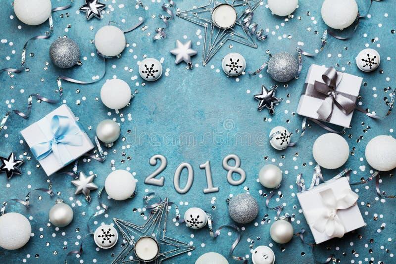 Πλαίσιο διακοπών με τη διακόσμηση Χριστουγέννων, το κιβώτιο δώρων, το κομφετί και τα τσέκια στην εκλεκτής ποιότητας μπλε άποψη επ στοκ εικόνα