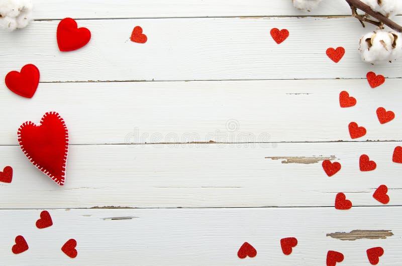 Πλαίσιο ημέρας βαλεντίνων από τις κόκκινες καρδιές στο άσπρο ξύλινο υπόβαθρο Τοπ όψη Επίπεδος βάλτε στενό μήνυμα αγάπης που αυξάν στοκ φωτογραφία με δικαίωμα ελεύθερης χρήσης