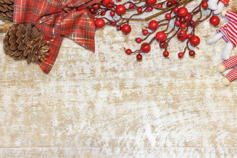 Πλαίσιο καρτών Χριστουγέννων, ξύλινο υπόβαθρο για την κόκκινης, χρυσής και άσπρης Χριστουγέννων ταπετσαρία ευχετήριων καρτών, στοκ εικόνες