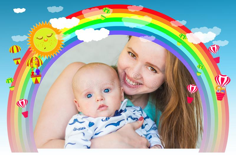 Πλαίσιο κορίτσι με ένα μωρό κάτω από έναν ζωηρόχρωμο στοκ φωτογραφία