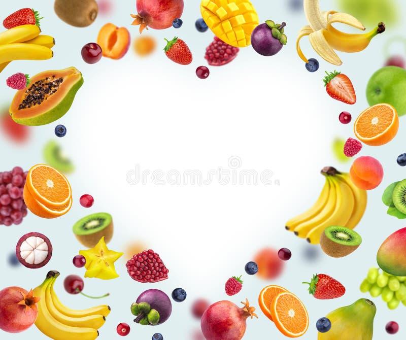 Πλαίσιο μορφής καρδιών φιαγμένο από διαφορετικά φρούτα και μούρα, που απομονώνονται στο άσπρο υπόβαθρο στοκ εικόνες