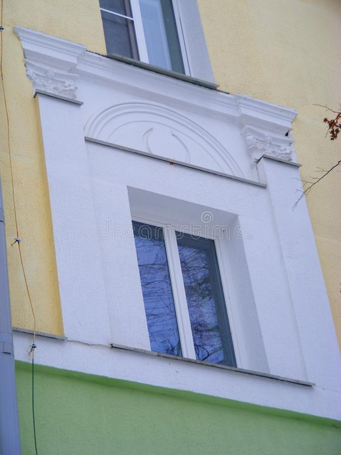 Πλαίσιο παραθύρων του κλασικού αρχιτεκτονικού κτηρίου ύφους στο Μινσκ, ηλικία URSS, neoclassicism στοκ φωτογραφία με δικαίωμα ελεύθερης χρήσης