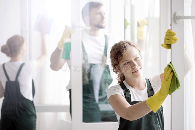 Πλαίσιο παραθύρων ` s πλύσης γυναικών στοκ φωτογραφία με δικαίωμα ελεύθερης χρήσης