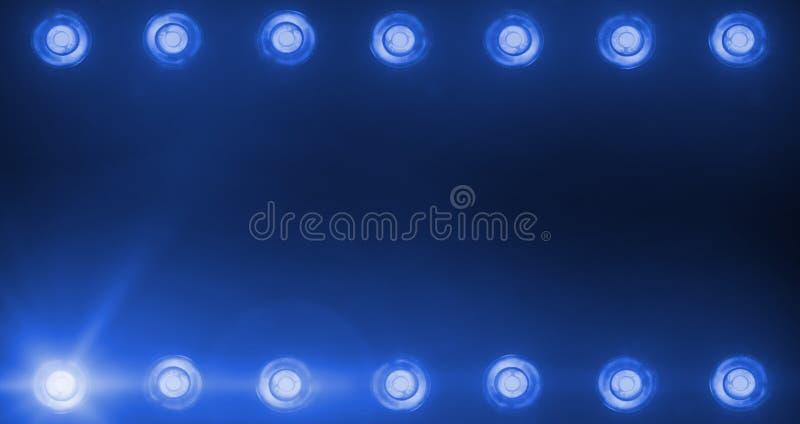 Πλαίσιο της λάμποντας λαμπρής μπλε ψυχαγωγίας ψυχαγωγίας σκηνικών φω'των, προβολείς επικέντρων στο σκοτεινό, μπλε μαλακό ελαφρύ ε στοκ εικόνες με δικαίωμα ελεύθερης χρήσης