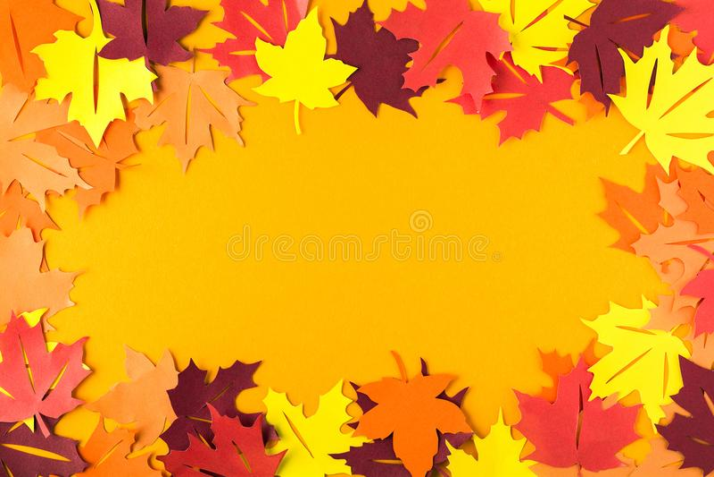 Πλαίσιο των φύλλων σφενδάμου φθινοπώρου σε πορτοκαλί χαρτί Επίπεδος βάλτε Τοπ όψη διάστημα αντιγράφων το έγγραφο έκοψε το ύφος στοκ εικόνες