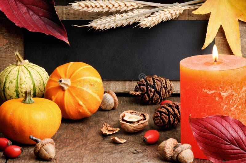 Πλαίσιο φθινοπώρου με τις κολοκύθες και το κερί στοκ φωτογραφία με δικαίωμα ελεύθερης χρήσης