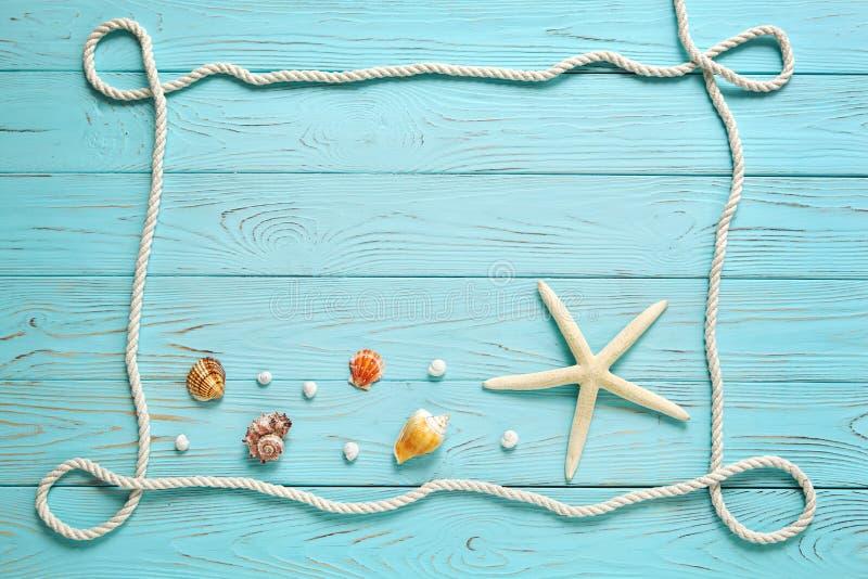 Πλαίσιο φιαγμένο από άσπρο σχοινί σε ένα ξύλινο μπλε υπόβαθρο στοκ εικόνα με δικαίωμα ελεύθερης χρήσης