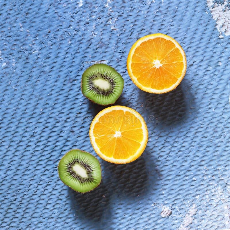 Πλαίσιο φρούτων, detox, τροπικά φρούτα, πορτοκάλια, ακτινίδιο, λεμόνια, Abst στοκ φωτογραφίες