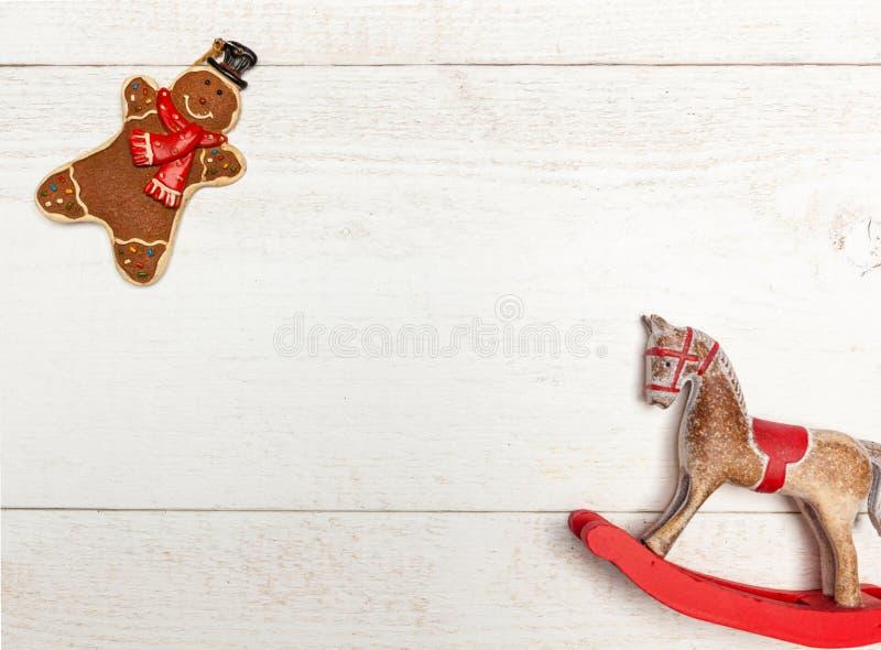 Πλαίσιο Χριστουγέννων με το άτομο μελοψωμάτων και το άλογο λικνίσματος στοκ εικόνα