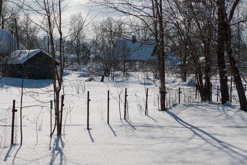 Πλαδαρός και χαμηλής ποιότητος φράκτης στη χειμερινή περίοδο στοκ φωτογραφίες με δικαίωμα ελεύθερης χρήσης